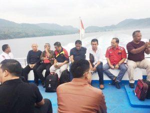 Kamaruddin Abubakar alias Abu Razak di atas very penyeberangan Balohan, Sabang dengan pengurus KONI yang hendak kembali ke provinsi masing-masing, Minggu (8/4/2018). (Foto/Aldin NL)