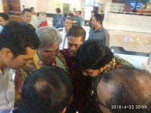 Ketum KONI Sumut Jhon Ismadi Lubis dan Ketum KONI Aceh, Muzakir Manaf dan Sekum KONI Aceh, M. Nasir Syamaun berdialog serius di sela jamuan welcome dinner di Hotel Bidakara Jakarta Selatan, Selasa malam (23/4/2018). (Foto/Aldin NL)