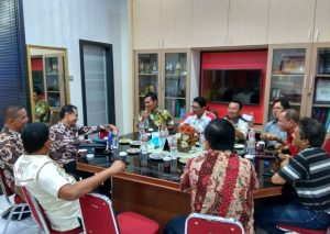 Ketum KONI Aceh Muzakir Manaf menyerahkan baju merah bertuliskan Aceh Teugah-Sumut Paten, tuan rumah PON 2020, kepada Ketum KONI Jogjakarta, Triyandi Mulkan di KONI Aceh, Kamis (17/4/2018). (Foto/Aldin NL)