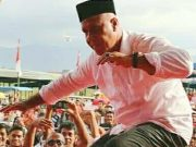 Tarian Guel. Bila tidak seirama, maka gerakan tari Guel menjadi tidak serasi, ibarat tari yang digerakan Shabela mulai tersentak-sentak, ketika DPRK Aceh Tengah memainkan 'musik' yang tidak seirama. (Foto/Bahtiar Gayo)