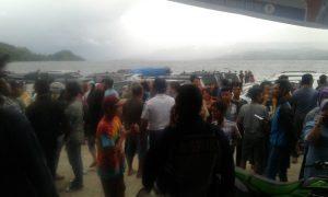 Para keluarga korban dan warga memadati pantai Danau Toba menunggu anggota keluarganya yang turut menjadi korban tenggelamnya kapal di Danau Toba, Senin sore tadi (18/6/2018). (Foto/Istimewa)