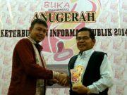 Wartawan senior Waspada, Zamzamy Surya, dalam suatu kesempatan menerima penghargaan. (Foto/fb)