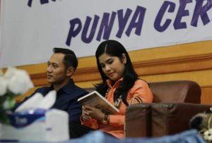 Agus Harimurti Yudhoyono (AHY) bersama Anisa Pohan saat memamerkan buku karya novelis cilik, Halwanisa Syazwina. (Foto?Ist)