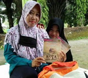 """Sunariyati bersama putrinya tersebut menunjukkan novel hasil karangan Halwanisa Syazwina, berjudul """"Kota Kehilangan"""". (Foto/Arief Helmy)"""