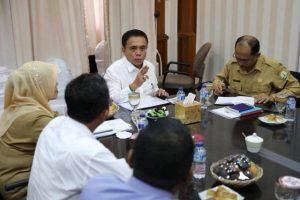 Gubernur Aceh, Irwandi Yusuf, dalam suatu rapat dengan jajarannya untuk membahas kelancaran proyek pembangunan di Aceh. (Foto/ Ist)