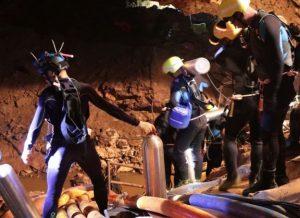 Tampak sebagian tim penyelamat yang terdiri dari para penyelam handal bekerja tanpa lelah. (Foto/BBC/EPA)