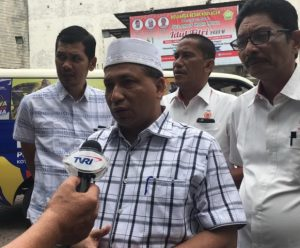 Ketua Harian KONI Aceh, Kamaruddin Abubakar (Abu Razak), Wakil Ketua Baktiar Hasan dan Sekum KONI Aceh, M.Nasir Syamaun menjawab pertanyaan media seputar tuan rumah PORA 2022 di KONI Aceh, Senin (02/07/2018). (Foto/Aldin NL)