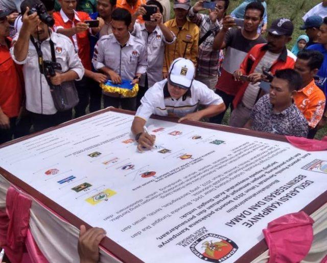 Deklarasi ini ditandai dengan pengucapan ikrar bersama dan menadatangani prasasti Pemilu Damai Aceh Singkil, dengan motto; Anti Hoax dan SARA, di lapangan Daulat Kecamatan Singkil. (Foto/Ist)