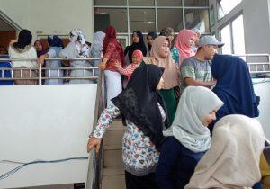 Ratusan perawat di RSUD Cut Nyak Dhien Meulaboh, Aceh Barat, Sabtu (1/9/2018) melancarkan protes dan mogok bekerja, menolak pemberian upah sebesar Rp1 juta/orang/bulan. (Foto/Dedi Iskandar)