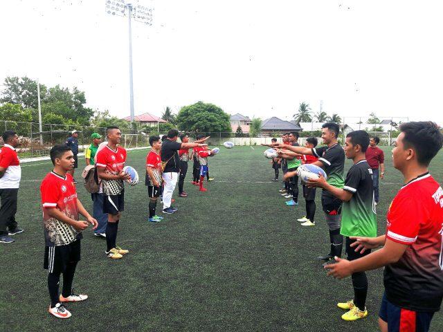 Pelatih Kepala Timnas Rugby Union Indonesia, Mr.George Wilson, didampingi pelatih fisik Timnas Rugby Union Indonesia, Hanafi Ramadhani, memberi training singkat kepada tim rugby Aceh. (Foto/Ist)