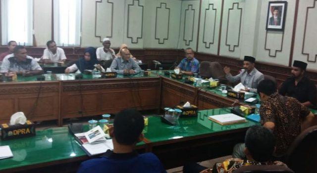 Komisi I DPRA ketika menggelar rapat penyelesaian harga tanah untuk jalan tol Banda Aceh - Sigli, bersama KJPP, BPN dan masyarakat pemilik lahan. (Foto/Gitorolis)