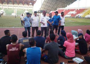 Wakil Ketua Tim Pelatda PORA XIII Aceh Besar, Ridwan Jamil, saat meninjau latihan cabang atletik di Stadion Harapan Bangsa, Lhong Raya, Banda Aceh, Rabu (19/9/2018). (Foto/Ist)