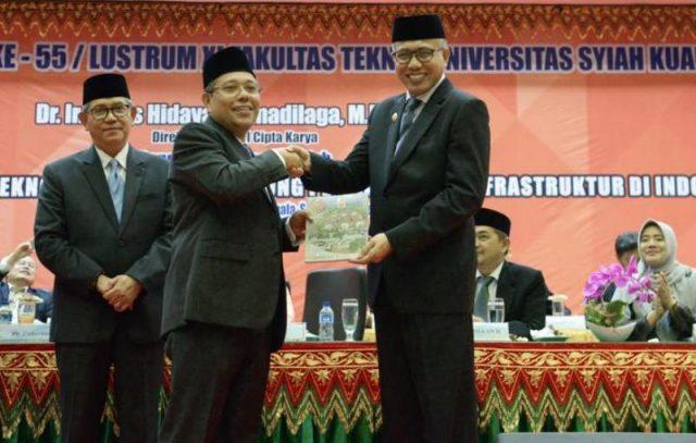 Nova Iriansyah bersama Kakanwil BPN Aceh, Saiful, juga menyematkan tanda jasa Satyalencana Karya Satya dan kenang-kenangan kepada purnabakti yang telah mengabdi sebagai Aparatur Sipil Negara mulai dari 10 hingga 30 tahun masa pengabdian. (Foto/Ist)