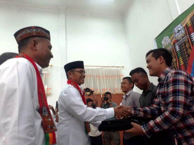 Wakil Bupati Agara, Bukhari, memberikan training kit dan tas bagi peserta pelatihan pengembangan pariwisata di Aula Bappeda setempat pada Rabu (26/9/2018). Kegiatan ini merupakan program Dinas Kebudayaan dan Pariwisata Aceh. (Foto/Abadi Selian)