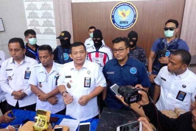 Kepala BNNP Aceh, Brigjen Pol Faisal Abdul Naser, menggelar konferensi pers atas keberhasilan menangkap tersangka dan 6 kg sabu. (Foto/Gito Rolis)