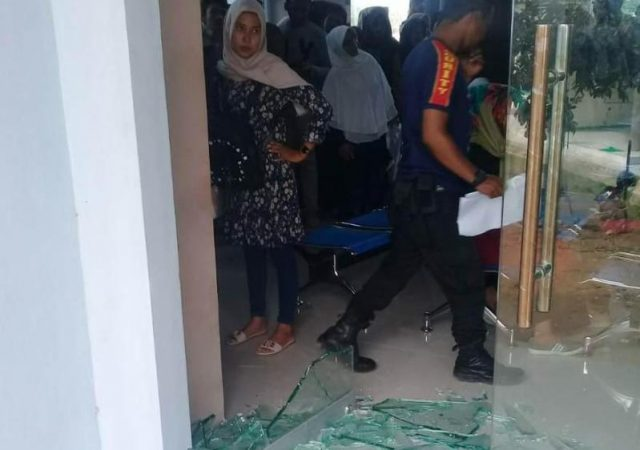 Aktifitas pelayanan di kantor Disdukcapil Pidie tetap berjalan normal, kendati ada warga yang mengamuk karena kecewa dengan pelayanan, Jumat (28/9/2018). (Foto/Muhammad Riza)