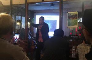 Maskur Abdullah ketika menyampaikan materi motivasi dan karakter di Cafe ARB Takengon, usai santap malam bersama dengan wartawan dan staf PT PLN. (Foto/Ist)