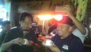 Sekretaris PWI Aceh, Aldin NL, bersama Ramadhan, CEO Kantor Berita Aceh (KBA) ONE, menikmati wine coffee dan sanger arabika di Cafe Seladang, Bener Meriah. (Foto/Ist)