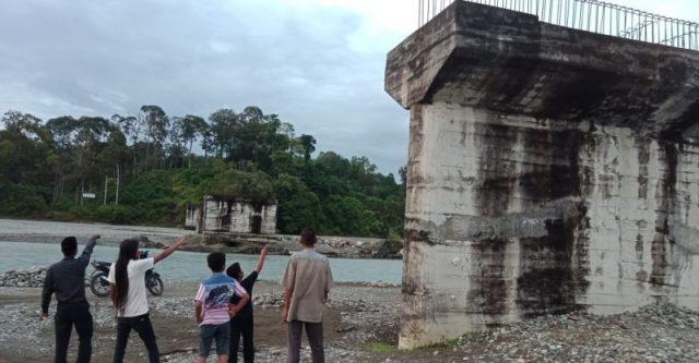 Kades Kandeh dan Kades Kila bersama warga saat berada di dekat jembatan yang sudah 10 tahun terbengkalai. (Foto/Muji Burrahman)