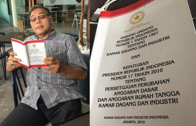 Mantan Ketua Kadin Aceh Besar, Faizal Oesman, memegang buku UU No.1 Tahun 1987 tentang Kamar Dagang dan Industi (Kadin). (Foto/T.Mansursyah dan Ali Akbar)