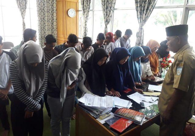 Kepala Dinas Syariat Islam Kota Langsa, H.Ibrahim Latif, Senin (3/9/2018) di kantornya, saat memberikan nasihat kepada para pelajar yang terjaring saat karaoke di salah satu cafe di Langsa. (Foto/Dede)