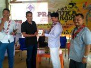 Bupati Aceh Besar Ir Mawardi Ali menyerahkan secara simbolis stiker PORA sebagai salah satu media promosi PORA XIII 2018 kepada Ketua Kwartir Pramuka Aceh Besar Dr Syamsulrizal, MKes, Minggu pagi (9/9/2018). (Foto/Ist)