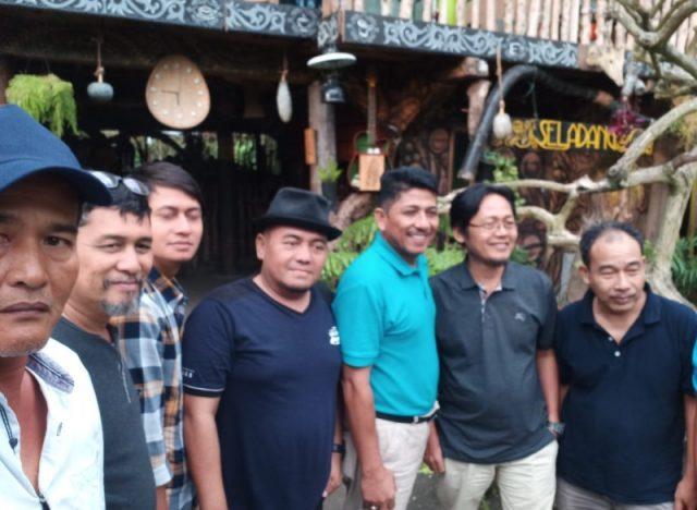 Said Mukarram (kaos biru muda) bersama para pemimpin media dan wartawan, usai menikmati kopi di Cafe Seladang, Bener Meriah. (Foto/Ist)