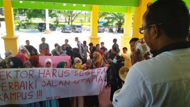 Puluhan mahasiswa melancarkan aksi unjuk rasa ke gedung Rektorat Universitas Teuku Umar (UTU) Meulaboh, Rabu (12/9/2018), terkait ruas jalan kampus yang telah berdebu sejak lama. (Foto/Dedi Iskandar).