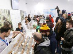 Orang-orang antri di counter sampel di sebuah toko ganja di Winnipeg, Kanada. (Foto/The Canadian Press)