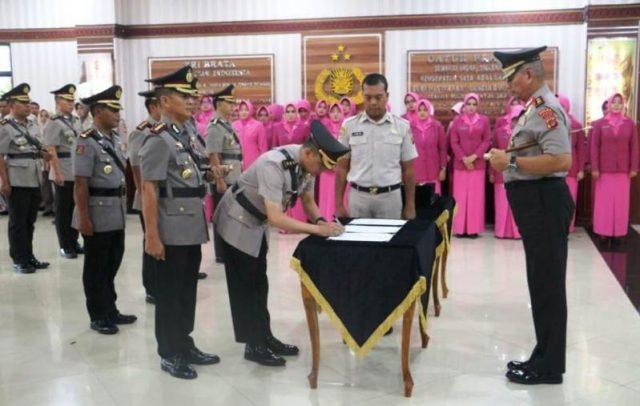 Kapolda Aceh, Irjen Pol Rio S Djambak, memimpin upacara serah terima jabatan (sertijab) tujuh pejabat utama Polda Aceh dan enam Kapolres. (Foto/gitorolies)