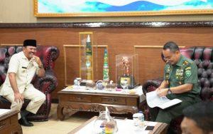 Bupati Aceh Besar Ir Mawardi Ali beserta Sekdakab Aceh Besar Drs Iskandar MSi ketika bertemu Panglima Kodam Iskandar Muda Mayjend TNI Teguh Arief Indratmoko, di Makodam IM, Rabu (31/10/ 2018). (Foto/Ist)