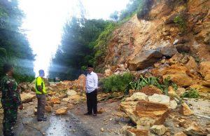 Material longsor berupa batu-batu ukuran besar menutupi ruas jalan Banda Aceh - Calang, Jumat (02/11/2018). (Foto/Ist)