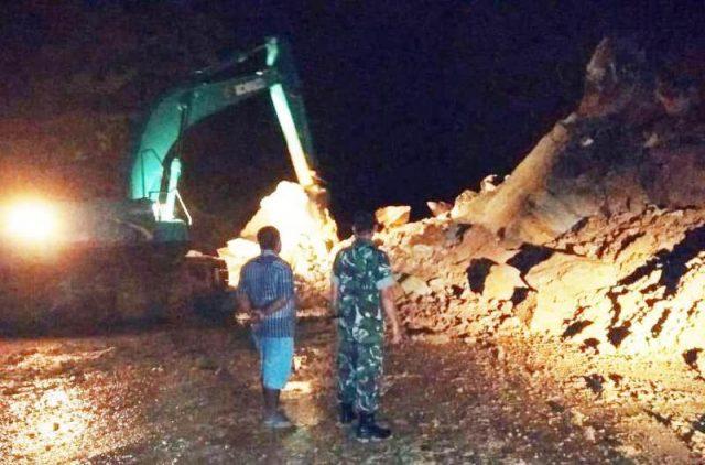 Petugas BPBK Aceh Jaya dan prajurit TNI mengamankan pemindahan material longsor batu gunung di lintasan Banda Aceh-Meulaboh di kawasan Gunung Cincrang, Kecamatan Krueng Sabee, Aceh Jaya, Sabtu (3/11/2018). (Foto/ist)