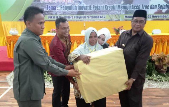 Bupati Aceh Barat, H Ramli MS, menyerahkan hadiah utama berupa alat pertanian kepada salah satu penyuluh pertanian dalam kegiatan penutupan Jambore Penyuluh Pertanian ke-2, di GOS Aceh Barat di Meulaboh, Selasa (6/11/2018). (Foto/Dedi Iskandar).