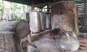 Penyulingan minyak pala (atsiri) milik petani di Tapaktuan, yang masih cukup sederhana. 20 Tahun lalu kondisinya tetap seperti ini, belum menggunakan peralatan yang lebih modern. (Foto/Faisal)