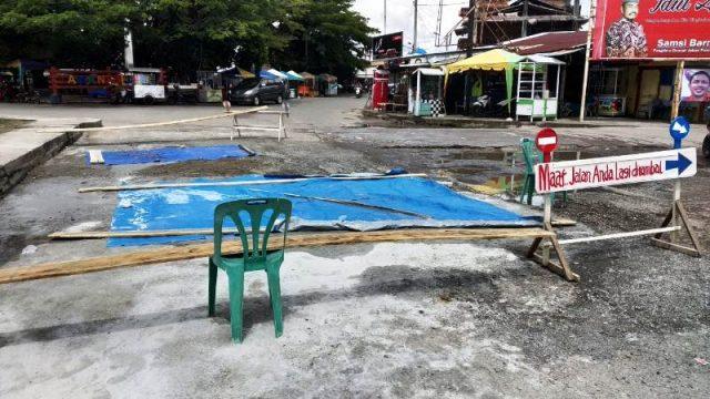 Warga memperbaiki sendiri ruas jalan yang berlobang di ruas Jalan Merdeka, Meulaboh, Aceh Barat, Minggu (11/11/2018). (Foto/Dedi Iskandar)