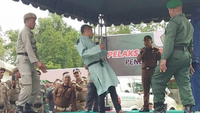 Terhukum tampak hampir roboh saat mendapatkan eksekusi cambuk sebanyak 100 kali di halaman Masjid At-Taqwa, Kecamatan Simpang Tiga, Pidie, Kamis (15/11/2018).(Foto/Muhammad Riza)