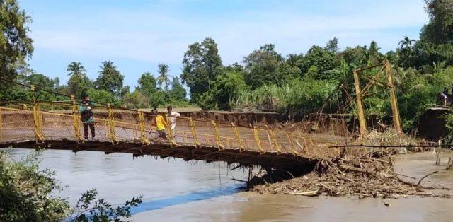 Jembatan gantung menghubungkan Gampong (desa-red) Beureueh Dua, Kecamatan Mutiara Timur,Pidie dengan Gampong Blang Beureueh, Mutiara ambruk setelah diterjang banjir luapan.Jumat (16/11/2018). (Foto/Muhammad Riza)