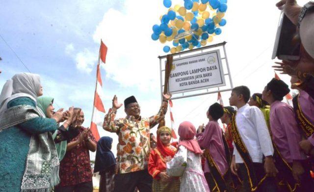 Wali Kota Banda Aceh, Aminullah Usman, mencanangkan Gampong Lampoh Daya, Kecamatan Jaya Baru, sebagai Gampong Ramah Anak, Minggu (18/11/2018) di lapangan gampong setempat. (Foto/Ist)