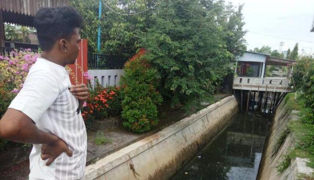 Warga Desa Kampung Darat, Meulaboh, Aceh Barat, memperlihatkan bagian saluran pembuangan air (drainase) yang kotor dan berbau tak sedap karena diduga tercemar limbah dari rumah potong hewan (RPH) yang beroperasi di kawasan itu. (Foto/Dedi Iskandar)