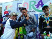 Pengalungan medali kepada juara balap motor road race PORA 2018 di kota Jantho, Aceh Besar, Kamis (22/11/2018). (Foto/Ist)