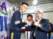 Sekum KONI Aceh, M. Nasir menyerahkan medali emas. (Foto/Ist)