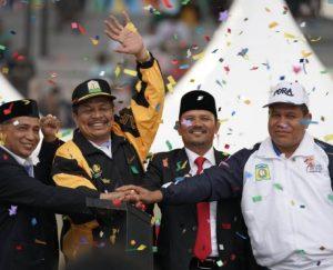 Sekda Aceh, Dermawan, Bupati Aceh Besar, Mawardi Ali dan Ketua Harian KONI Aceh, Kamaruddin Abubakar alias Abu Razak serta Kadispora Aceh, Darmansyah, saat penutupan PORA XIII di Jantho Sport Center. (Foto/Ist)