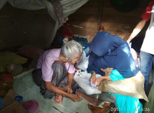 Pengurus KIA Aceh Selatan menyerahkan sembako kepada Tek Meukek di Desa Kuta Baro, Trumon Timur, Aceh Selatan, Minggu (25/11/2018). (Foto/Ist)