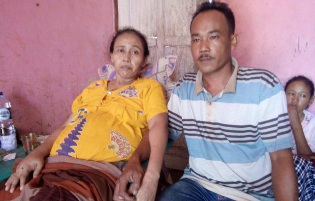 Novi Irma Prihatin, pasien penderita jantung bocor, terduduk lemas di kediamannya Komplek BRR Desa Pulo Sarok, Aceh Singkil, Selasa (27/11/2018). (Foto/Arief H).