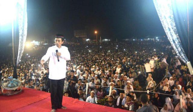 Puluhan ribu jamaah penuh sesak memadati Lapangan Mariam Sipoli Desa Rimo Kec. Gunung Meriah Aceh Singkil, pada tablik akbar bersama Ustadz Abdul Somad. (Foto/Arief)