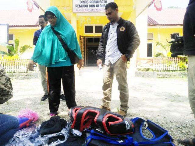 Ketua IPSI Aceh Tamiang, Helan Yusra, memperlihatkan sejumlah perlengkapan atlrt yang mengikuti PORA di Jantho, yang dikembalikan ke Disparpora Aceh Tamiang. (Foto/Yusri)