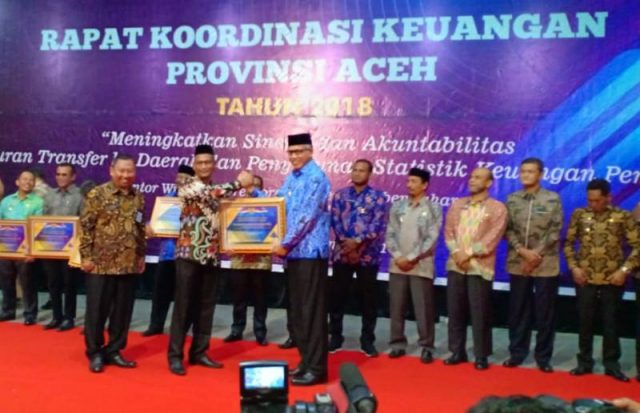 Pemkab Nagan Raya menerima WTP dari Menteri Keuangan, Sri Mulyani Indrawati, yang diserahkan Plt Gubernur Aceh, Nova Iriansyah, di Amel Convention Hall, Ulee Kareng, Banda Aceh, Kamis (29/11/2018). (Foto/Ist)