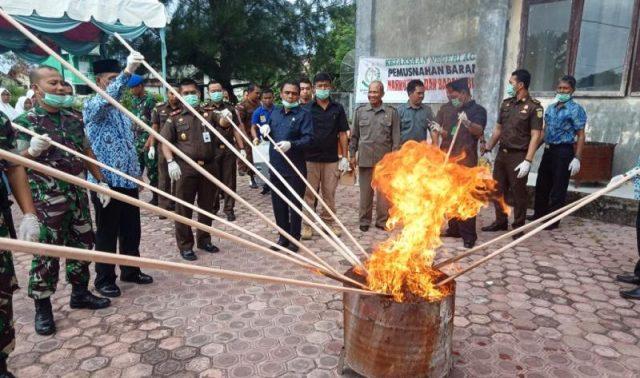 Forkompimda bersama Kejari Aceh Barat memusnahkan barang bukti berupa ganja, sabu dan ratusan botol minuman keras, Kamis (29/11/2018). (Foto/Dedi Iskandar)