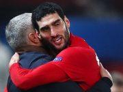 Marouane Fellaini meluapkan kegembiraanya bersama Jose Mourinho usai mencetak gol penentu kemenangan MU. (Foto/Ist)